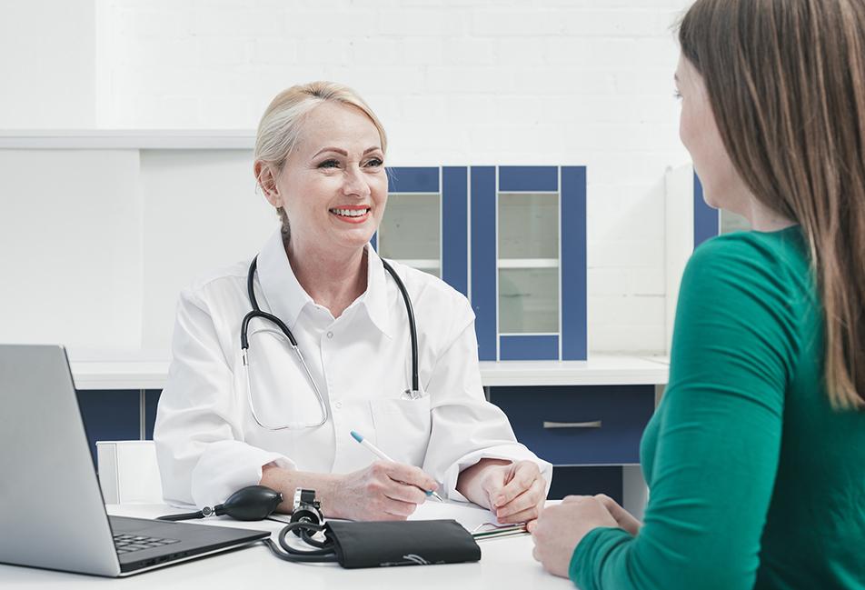 image d'un médecin en consultation avec une femme