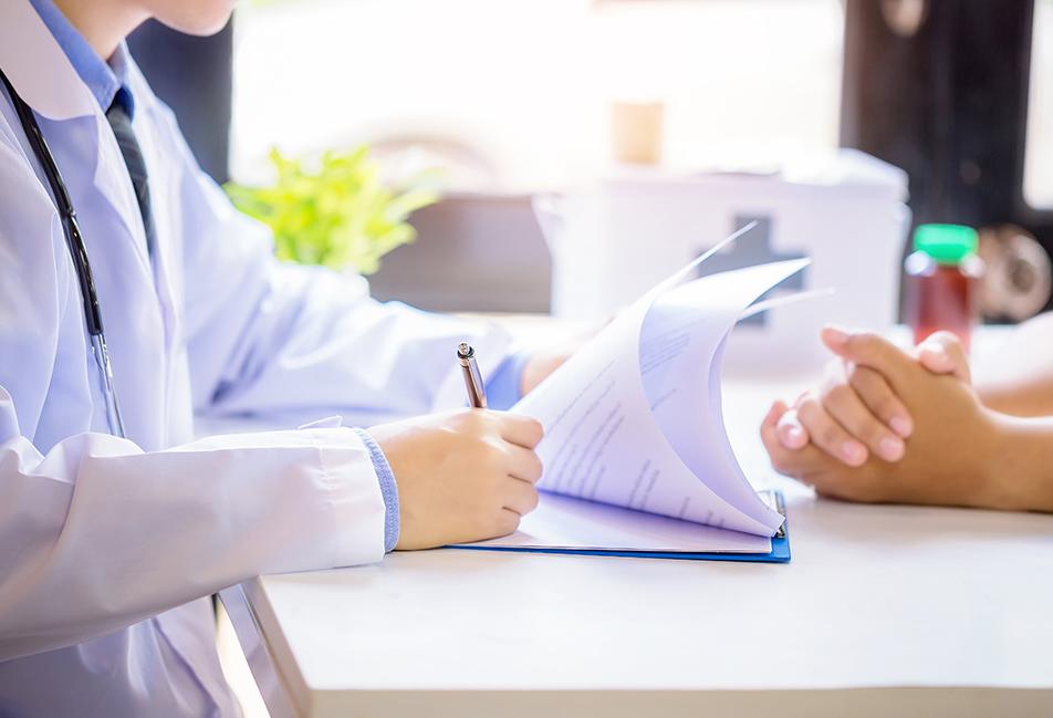 image d'un médecin évaluant les besoins de vaccins d'un patient