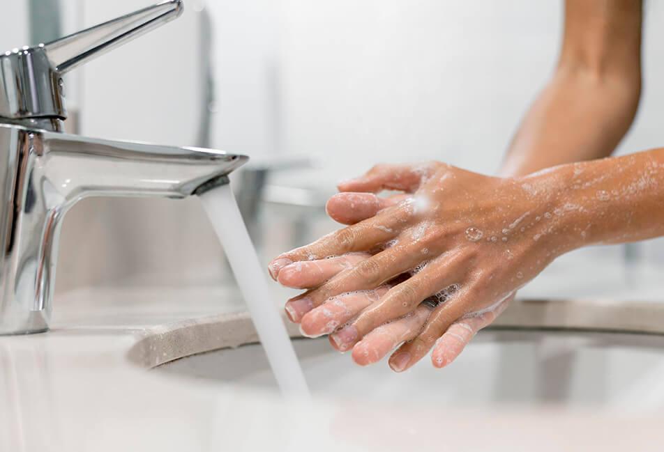 image d'une personne qui se lave les mains